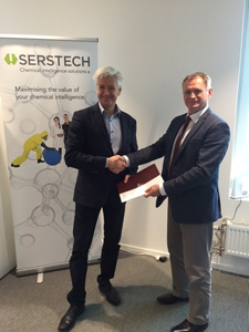 Hotzone Solutions CEO Oliver Mattmann (right) and Serstech CEO Peter Hojerback (left) sign a partnership agreement.
