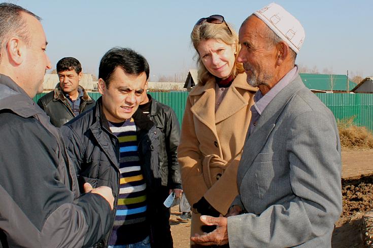 World Bank Country Manager for Tajikistan Patricia Veevers-Carter discusses the benefits of the public employment program with one of the beneficiaries in Rumi district.