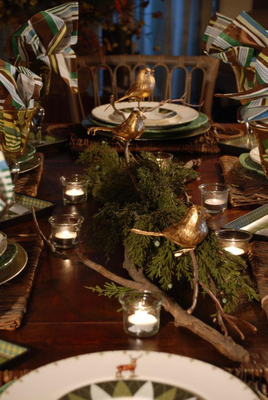 Coming up with a centerpiece that looks great and takes just minutes to create can be a challenge, whether it's for a fancy party or just your crew for a casual holiday dinner.