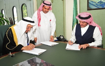 Al-Afandi Group officials signed a contract to buy land for a solar panel production facility in Saudi Arabia.