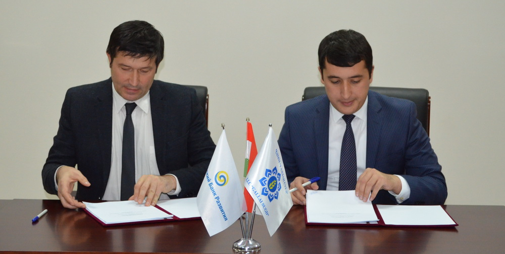 Rashid Kadyrov, left, director of the EDB Representative Office in Dushanbe, and Farhod Kurbonov, general director of Gallai Sugd, sign financing lease agreements for EBD's investment in the Tajik wheat market.