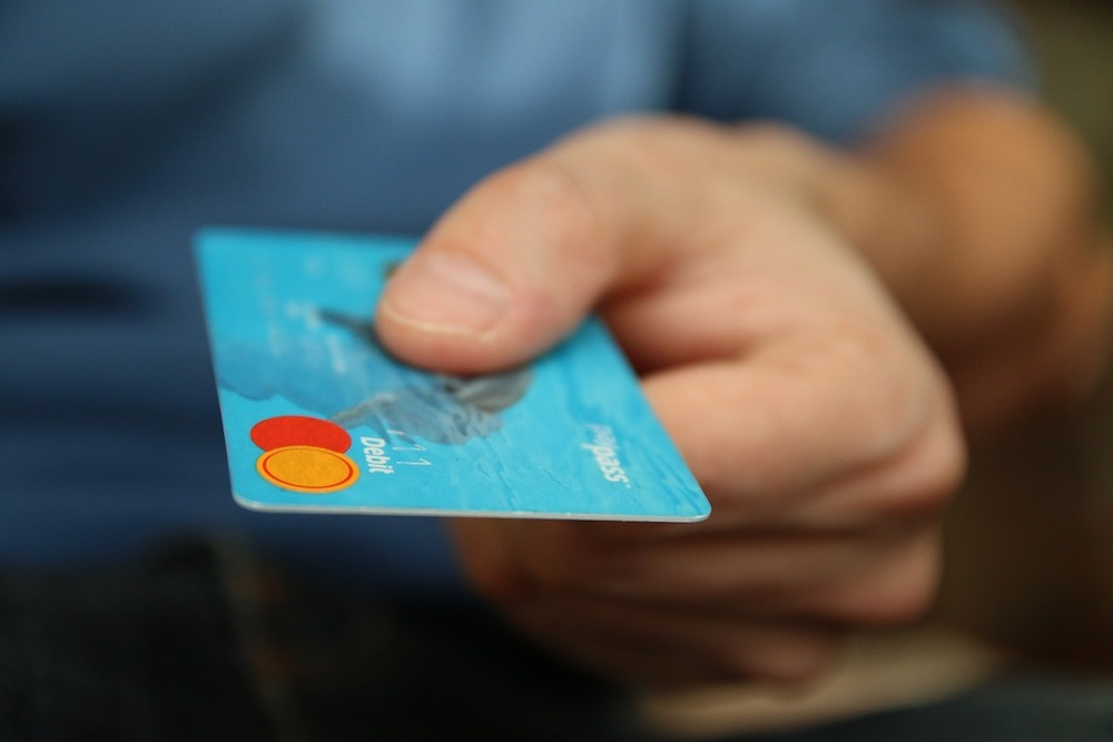 La Poste, an electronic banking company, is switching 5 million cards to the interbank cards.