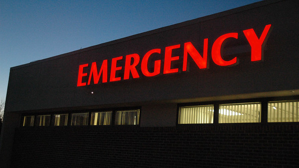 Large emergency sign on hospital exterior wall 800x450