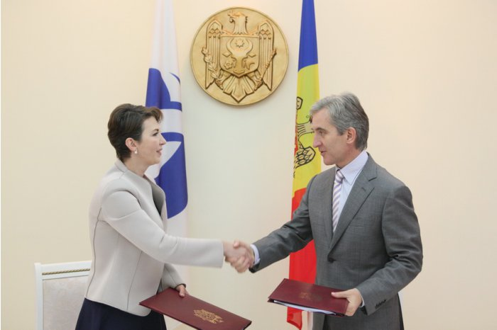 Moldovan Prime Minister Iurie Leanca shakes hands with head of ERDB Bureau in Chisinau, Julia Otto.