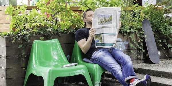 Large 1600px man reading newspaper (92181097)