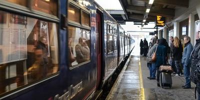 Medium train 3384786 1280
