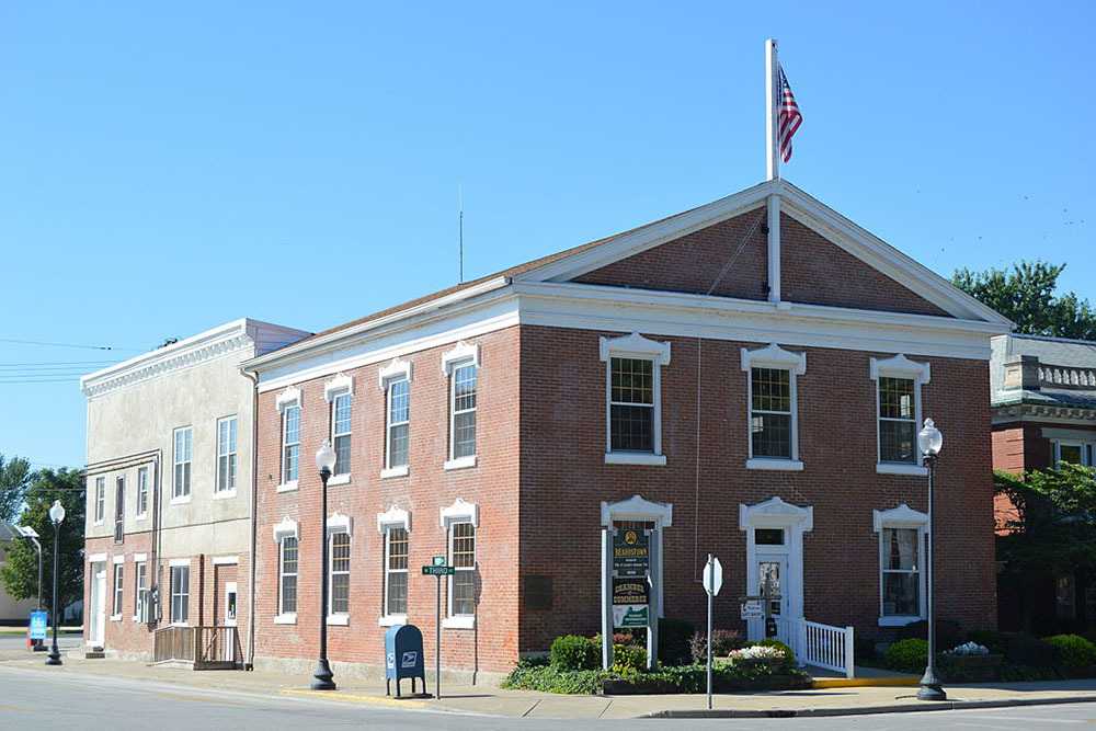 Old Cass County Courthouse in Beardstown, Illinois, a city in which residents will pay an estimated $1.3M in additional income taxes this year.
