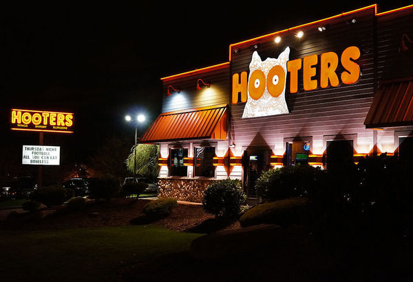 Large 1024px hooters restaurant