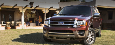 The exterior of the Expedition offers more than its eye-catching design. Features include a standard Easy Fuel capless fuel filler and available rain-sensing front wipers that can detect rain and automatically run at the appropriate speed.