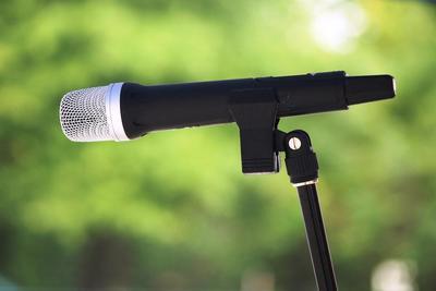 Medium microphone outdoor 1000x667