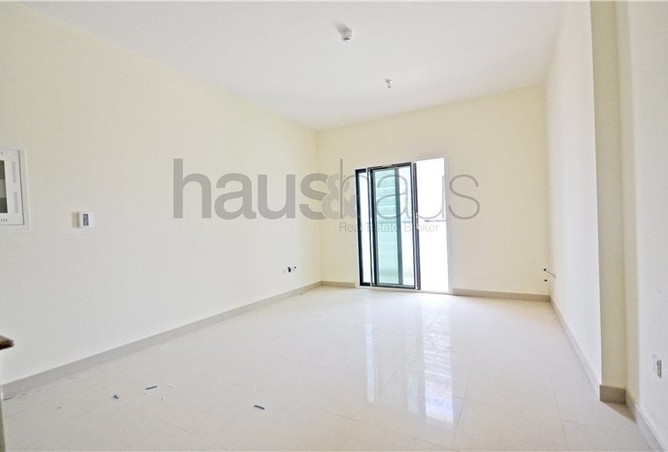 The available two bedroom apartment in Dubai Sports City offers great views of the area sports facilities