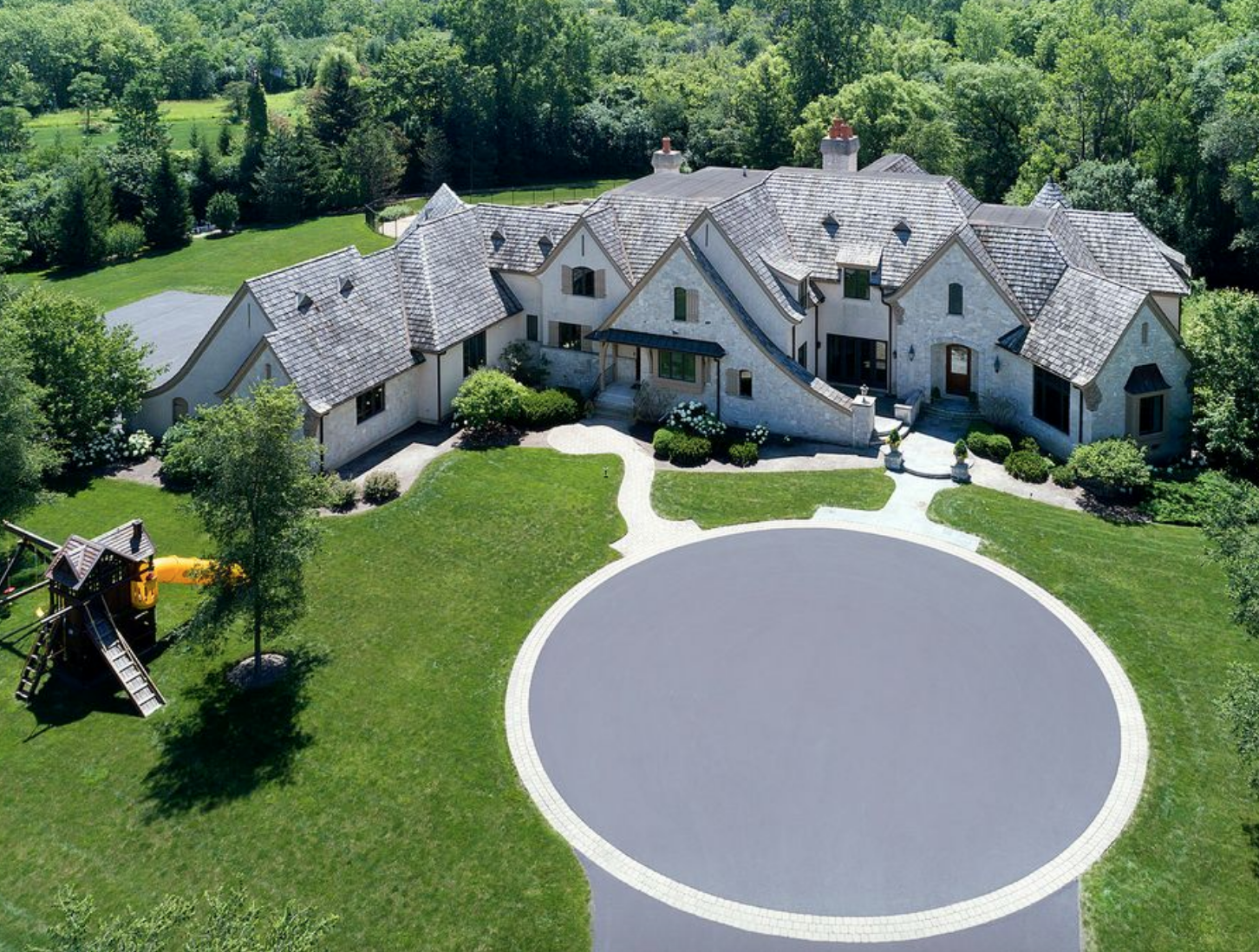 Former NBA Star Kirk Hinrich's Bannockburn estate sold for $2.75 million; he paid more than $5.3 million for it in 2007.