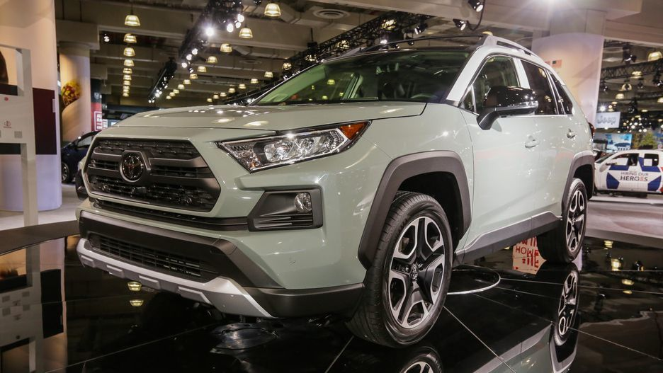 The Toyota Rav4 comes with a 2.5-liter, 4-Cylinder DOHC 16-valve engine.