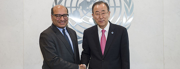 U.N. General Secretary Ban Ki-moon and and EBRD President Sir Suma Chakrabarti finalize an agreement between the two organizations.