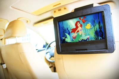 DVD player holder lets you enjoy movies on the move