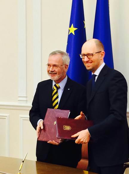 EIB President Werner Hoyer, left, and Ukrainian Prime Minister Arseniy Yatsenyuk finalize EIB loans to Ukraine.