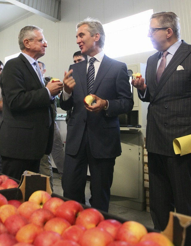 Molterer, Leanca and Tapiola enjoy fruit from the farmers of Moldova.