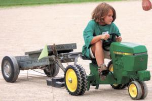 Medium tolono day tractor pull