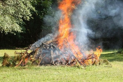 Medium burning garden waste 800x533