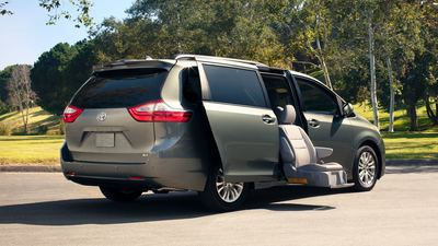 2019 Toyota Sienna XLE with auto access door